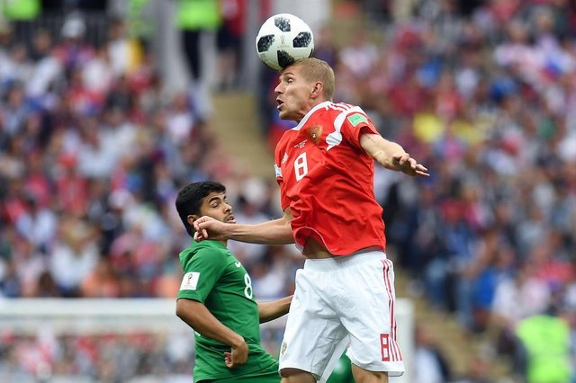 Saudi Arabias midfielder Yahya Al-Shehri (L) vies with Russias midfielder Yuri Gazinskiy during the Russia 2018 World Cup Group A football match between Russia and Saudi Arabia at the Luzhniki Stadium in Moscow on June 14, 2018. / AFP PHOTO / Patrik STOLLARZ / RESTRICTED TO EDITORIAL USE - NO MOBILE PUSH ALERTS/DOWNLOADSEditoria: SPOLocal: MoscowIndexador: PATRIK STOLLARZSecao: soccerFonte: AFPFotógrafo: STR