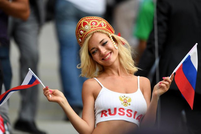A Russia fan poses before the start of the Russia 2018 World Cup Group A football match between Russia and Saudi Arabia at the Luzhniki Stadium in Moscow on June 14, 2018. / AFP PHOTO / Patrik STOLLARZ / RESTRICTED TO EDITORIAL USE - NO MOBILE PUSH ALERTS/DOWNLOADSEditoria: SPOLocal: MoscowIndexador: PATRIK STOLLARZSecao: soccerFonte: AFPFotógrafo: STR