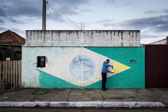 CANOAS, RS, BRASIL, 13-06-2018: Adilson Benitz Ferrão, morador do bairro Rio Branco, em Canoas - pintará o muro, mais uma vez. (Foto: Mateus Bruxel / Agência RBS)