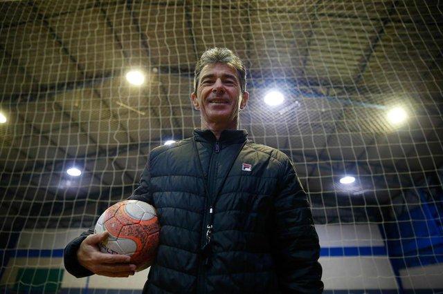 CAXIAS DO SUL , RS ,BRASIL 15/06/2018. ESPORTE: Perfil do técnico da Seleção Brasileira.Na quadra com bola no braço - Titi de verdade. Altemir Roberto Gauer, 57 anos.