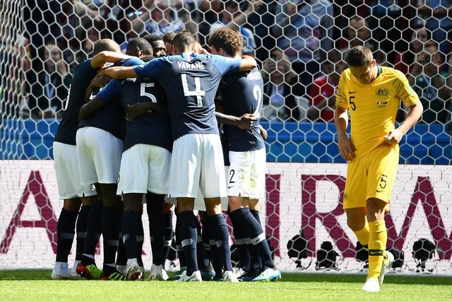 France team celebrate a goal after shooting a penalty kick during the Russia  2018 World Cup. Franceses comemoram o primeiro golFoto  FRANCK ... 95c7b88528740
