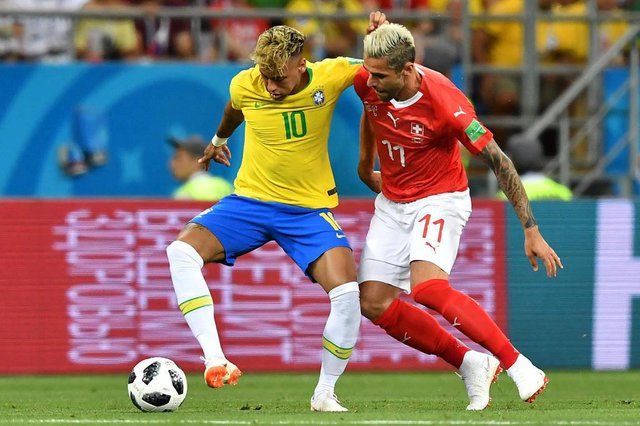 Brazils forward Neymar (L) and Switzerlands midfielder Valon Behrami compete for the ball during the Russia 2018 World Cup Group E football match between Brazil and Switzerland at the Rostov Arena in Rostov-On-Don on June 17, 2018. / AFP PHOTO / JOE KLAMAR / RESTRICTED TO EDITORIAL USE - NO MOBILE PUSH ALERTS/DOWNLOADSEditoria: SPOLocal: Rostov-on-DonIndexador: JOE KLAMARSecao: soccerFonte: AFPFotógrafo: STF
