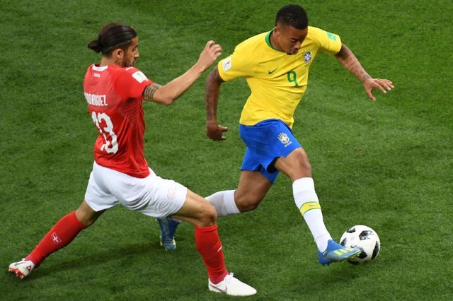 Switzerlands defender Ricardo Rodriguez (L) vies with Brazils forward Gabriel Jesus during the Russia 2018 World Cup Group E football match between Brazil and Switzerland at the Rostov Arena in Rostov-On-Don on June 17, 2018. / AFP PHOTO / KHALED DESOUKI / RESTRICTED TO EDITORIAL USE - NO MOBILE PUSH ALERTS/DOWNLOADSEditoria: SPOLocal: Rostov-on-DonIndexador: KHALED DESOUKISecao: soccerFonte: AFPFotógrafo: STF