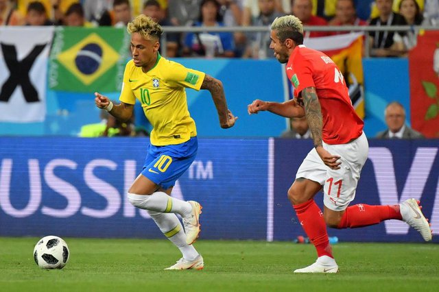 Brazils forward Neymar (L) and Switzerlands midfielder Valon Behrami compete for the ball during the Russia 2018 World Cup Group E football match between Brazil and Switzerland at the Rostov Arena in Rostov-On-Don on June 17, 2018. / AFP PHOTO / Pascal GUYOT / RESTRICTED TO EDITORIAL USE - NO MOBILE PUSH ALERTS/DOWNLOADSEditoria: SPOLocal: Rostov-on-DonIndexador: PASCAL GUYOTSecao: soccerFonte: AFPFotógrafo: STF