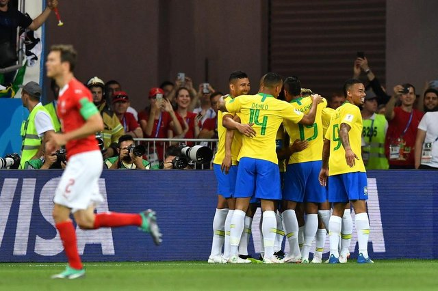 Brazils players celebrate a goal by forward Philippe Coutinho during the Russia 2018 World Cup Group E football match between Brazil and Switzerland at the Rostov Arena in Rostov-On-Don on June 17, 2018. / AFP PHOTO / JOE KLAMAR / RESTRICTED TO EDITORIAL USE - NO MOBILE PUSH ALERTS/DOWNLOADSEditoria: SPOLocal: Rostov-on-DonIndexador: JOE KLAMARSecao: soccerFonte: AFPFotógrafo: STF