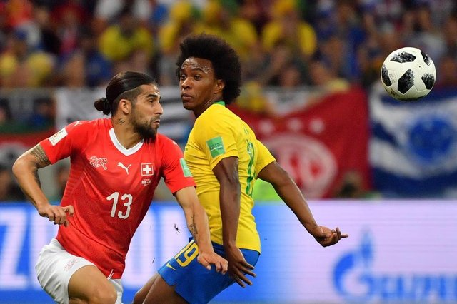 Switzerland's defender Ricardo Rodriguez (L) and Brazil's forward Willian compete for the ball during the Russia 2018 World Cup Group E football match between Brazil and Switzerland at the Rostov Arena in Rostov-On-Don on June 17, 2018. / AFP PHOTO / Pascal GUYOT / RESTRICTED TO EDITORIAL USE - NO MOBILE PUSH ALERTS/DOWNLOADSEditoria: SPOLocal: Rostov-on-DonIndexador: PASCAL GUYOTSecao: soccerFonte: AFPFotógrafo: STF