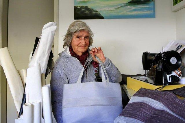 PORTO ALEGRE, RS, BRASIL, 14-06-2018: Érica Milena Lauer, 81 anos, em casa, na região central, com bolsas que ela confecciona. Ela adora fazer cursos, dá prioridade para os gratuitos, pois é aposentada. Entre suas atividades, costura, pinta e vende artigos de beleza, cosméticos. O curso mais recente que começou a fazer é na universidade Feevale, em Novo Hamburgo, o Pró-Fábrica - módulo de modelagem e produção de bolsas. (Foto: Mateus Bruxel / Agência RBS)
