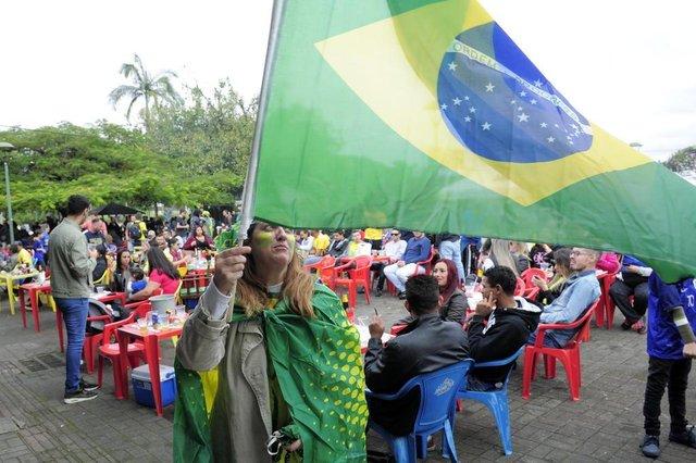 JOINVILLE,SC,BRASIL,17-06-2018.Copa do Mundo 2018.Torcedores assistem o jogo no mercado municipal.Silvia da Rocha.(Foto:Salmo Duarte/A Notícia)