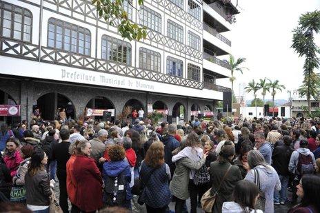 Blumenau - SC - Brasil - 07062018 - Assembléia dos servidores municipais em frente a prefeitura de Blumenau. (Jornal de Santa Catarina/Patrick Rodrigues)