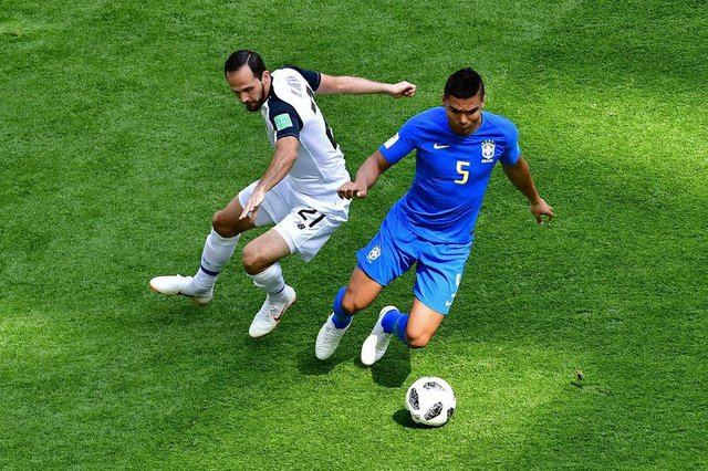 Costa Ricas forward Marco Urena (L) vies with Brazils midfielder Casemiro during the Russia 2018 World Cup Group E football match between Brazil and Costa Rica at the Saint Petersburg Stadium in Saint Petersburg on June 22, 2018. / AFP PHOTO / Giuseppe CACACE / RESTRICTED TO EDITORIAL USE - NO MOBILE PUSH ALERTS/DOWNLOADSEditoria: SPOLocal: Saint PetersburgIndexador: GIUSEPPE CACACESecao: soccerFonte: AFPFotógrafo: STF