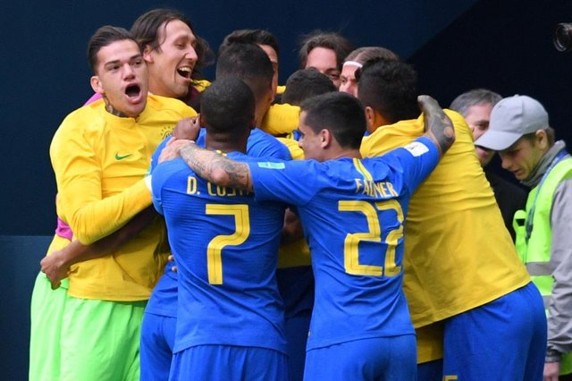 Brazils players celerbate their goal during the Russia 2018 World Cup Group E football match between Brazil and Costa Rica at the Saint Petersburg Stadium in Saint Petersburg on June 22, 2018. / AFP PHOTO / OLGA MALTSEVA / RESTRICTED TO EDITORIAL USE - NO MOBILE PUSH ALERTS/DOWNLOADSEditoria: SPOLocal: Saint PetersburgIndexador: OLGA MALTSEVASecao: soccerFonte: AFPFotógrafo: STR