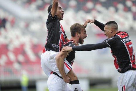 Jogadores do JEC comemoram vitória contra o Tombense (A Notícia/Salmo Duarte)