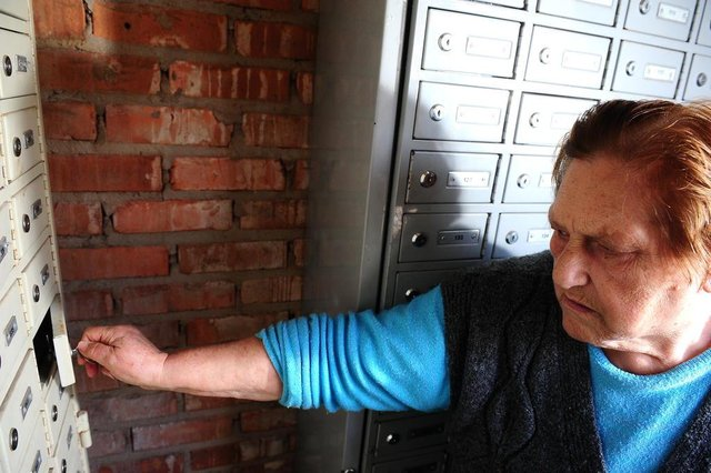 CAXIAS DO SUL, RS, BRASIL, 21/06/2018. Moradores precisam retirar cartas e correspondências em caixa postal comunitária no loteamento Cidade Nova IV. Na foto, Olivia Verza Zulian. (Diogo Sallaberry/Agência RBS)