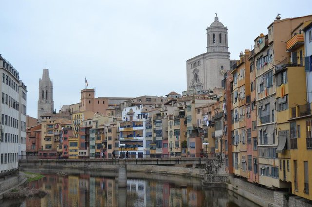 Matéria do Almanaque com sugestões de bate-voltas na Catalunha, a partir de Barcelona. Na foto, Girona e as casas às margens do rio Onyar. Ao fundo, a catedral do município.