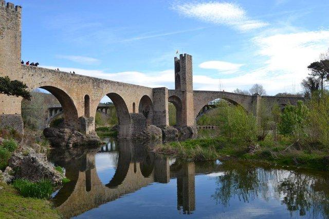Matéria do Almanaque com sugestões de bate-voltas na Catalunha, a partir de Barcelona. Na foto, Besalú e sua ponte medieval.