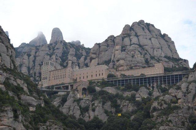 Matéria do Almanaque com sugestões de bate-voltas na Catalunha, a partir de Barcelona. Na foto, a montanha de Montserrat e seu monastério construído por volta do ano 1000.