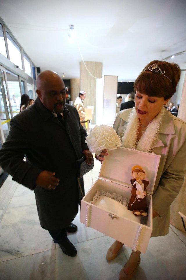 PORTO ALEGRE - BRASIL - Casamento Coletivo no Palácio da Justiça.Luciana Schwarzbach e Marcos Figueiredo Lopes (FOTO: LAURO ALVES)