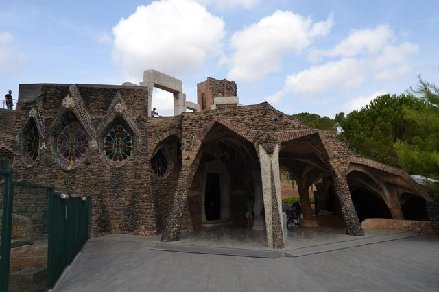 Matéria do Almanaque com sugestões de bate-voltas na Catalunha, a partir de Barcelona. Na foto, Colònia Güell e  sua pequena igreja