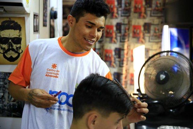 ALVORADA, RS, BRASIL, 20-06-2018: Deverson Luis de Oliveira, 23 anos, aluno do curso de corte de cabelo e barba no Centro de Juventude de Alvorada. Programa de Oportunidades e Direitos (POD), financiado pelo BID e administrado pelo Estado, oferece cursos gratuitos para preparação ao mercado de trabalho a jovens moradores das periferias de Porto Alegre, Alvorada e Viamão. (Foto: Mateus Bruxel / Agência RBS)