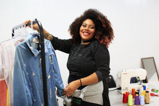 PORTO ALEGRE, RS, BRASIL, 20-06-2018: A estudante de moda Lara Trindade Rodrigues no Centro de Juventude Rubem Berta, na zona norte, com roupas que ela customiza para comercializar. Ela é ex-aluna do curso de costura oferecido no local. Programa de Oportunidades e Direitos (POD), financiado pelo BID e administrado pelo Estado, oferece cursos gratuitos para preparação ao mercado de trabalho a jovens moradores das periferias de Porto Alegre, Alvorada e Viamão. (Foto: Mateus Bruxel / Agência RBS)