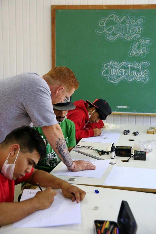 ALVORADA, RS, BRASIL, 20-06-2018: O instrutor Leonardo Rossmann de Leonel orienta alunos durante o curso de tatuador no Centro de Juventude de Alvorada. Programa de Oportunidades e Direitos (POD), financiado pelo BID e administrado pelo Estado, oferece cursos gratuitos para preparação ao mercado de trabalho a jovens moradores das periferias de Porto Alegre, Alvorada e Viamão. (Foto: Mateus Bruxel / Agência RBS)