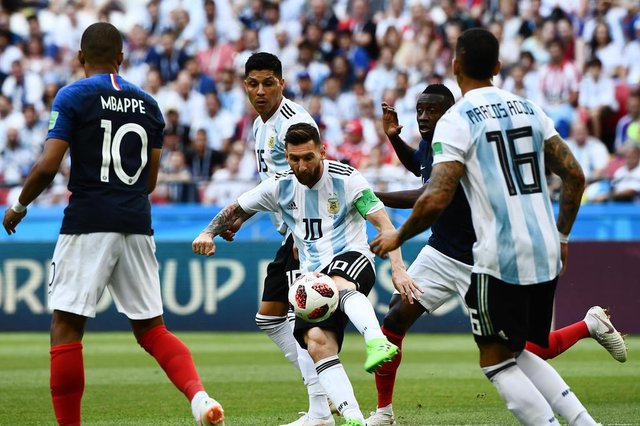 Argentinas forward Lionel Messi (C) controls the ball during the Russia 2018 World Cup round of 16 football match between France and Argentina at the Kazan Arena in Kazan on June 30, 2018. / AFP PHOTO / Jewel SAMAD / RESTRICTED TO EDITORIAL USE - NO MOBILE PUSH ALERTS/DOWNLOADSFrança e Argentina se enfrentam em Kazan pelas oitavas de final da Copa do Mundo