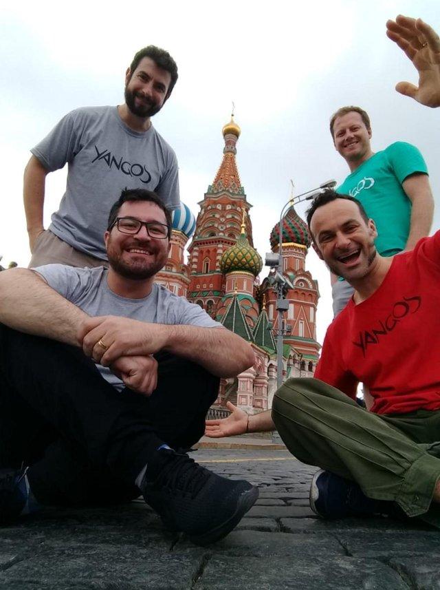 Yangos posa na Catedral de São Basílio, em Moscou. Eles foram selecionados para tocar durante a Copa do Mundo