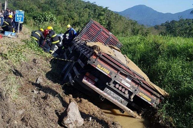 Três pessoas ficam feridas em acidente na Rodovia do Arroz, em Joinville