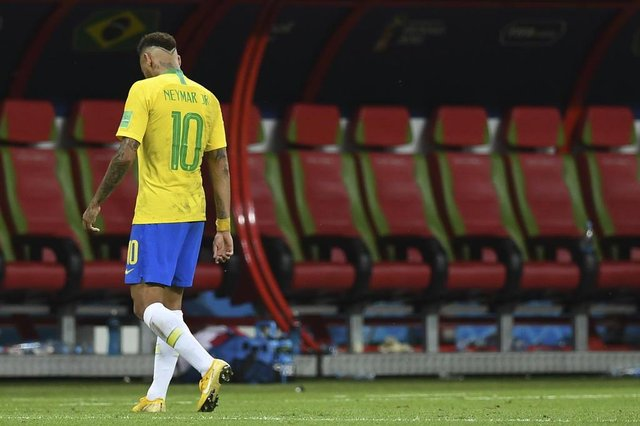 Brazils forward Neymar reacts to their defeat at the end of the Russia 2018 World Cup quarter-final football match between Brazil and Belgium at the Kazan Arena in Kazan on July 6, 2018. / AFP PHOTO / Manan VATSYAYANA / RESTRICTED TO EDITORIAL USE - NO MOBILE PUSH ALERTS/DOWNLOADSEditoria: SPOLocal: KazanIndexador: MANAN VATSYAYANASecao: soccerFonte: AFPFotógrafo: STF
