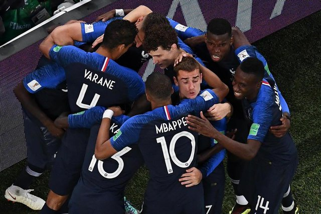 Frances defender Samuel Umtiti celebrates with teammates after scoring a goal during the Russia 2018 World Cup semi-final football match between France and Belgium at the Saint Petersburg Stadium in Saint Petersburg on July 10, 2018. / AFP PHOTO / Jewel SAMAD / RESTRICTED TO EDITORIAL USE - NO MOBILE PUSH ALERTS/DOWNLOADSEditoria: SPOLocal: Saint PetersburgIndexador: JEWEL SAMADSecao: soccerFonte: AFPFotógrafo: STF