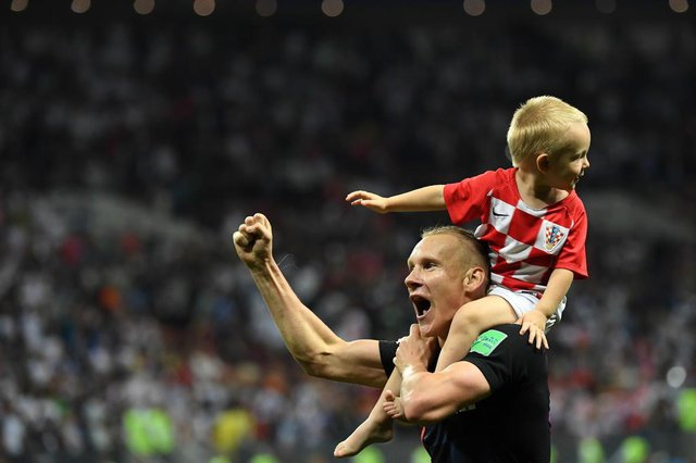 Croatias defender Domagoj Vida (L) celebrates with his son David at the end of the Russia 2018 World Cup semi-final football match between Croatia and England at the Luzhniki Stadium in Moscow on July 11, 2018. / AFP PHOTO / YURI CORTEZ / RESTRICTED TO EDITORIAL USE - NO MOBILE PUSH ALERTS/DOWNLOADSEditoria: SPOLocal: MoscowIndexador: YURI CORTEZSecao: soccerFonte: AFPFotógrafo: STF