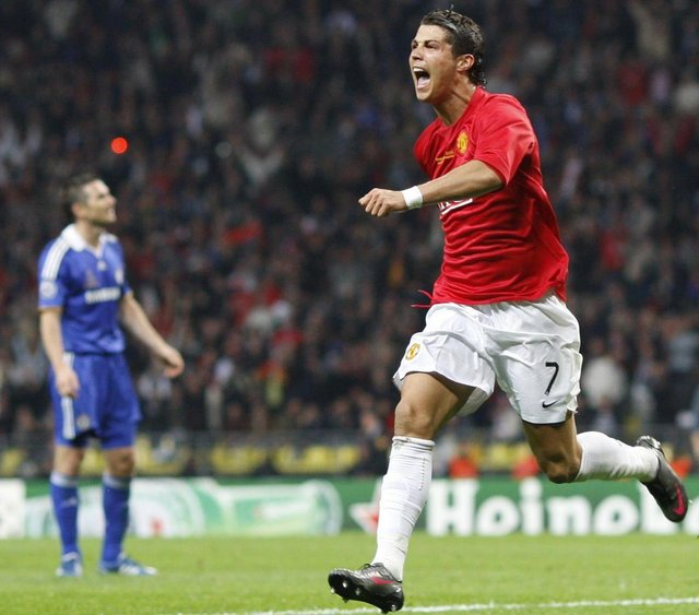 81162305Manchester Uniteds Portugese midfielder Cristiano Ronaldo (R) celebrates after scoring against Chelsea during the final of the UEFA Champions League football match at the Luzhniki stadium in Moscow on May 21, 2008.AFP PHOTO / Adrian Dennis / AFP PHOTO / ADRIAN DENNISEditoria: SPOLocal: MoscowIndexador: ADRIAN DENNISSecao: soccerFonte: AFP