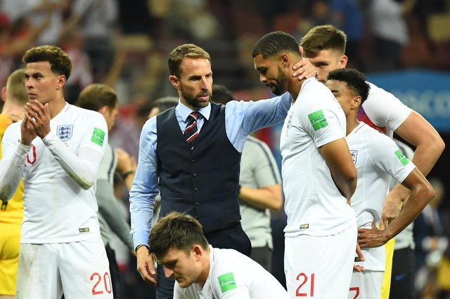 Englands coach Gareth Southgate (C) comforts Englands midfielder Ruben Loftus-Cheek (R) at the end of the Russia 2018 World Cup semi-final football match between Croatia and England at the Luzhniki Stadium in Moscow on July 11, 2018. / AFP PHOTO / Kirill KUDRYAVTSEV / RESTRICTED TO EDITORIAL USE - NO MOBILE PUSH ALERTS/DOWNLOADS
