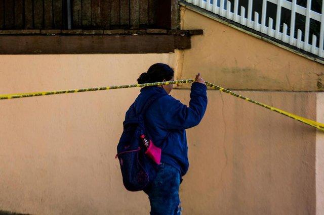 Uma semana após a chacina que deixou cinco pessoas mortas em um apart-hotel de Canasvieiras, em Florianópolis, voltamos ao local para ver como está o ambiente. Ainda são muitas dúvidas sobre o método utilizado, como os envolvidos chegaram no hotel, entre outras. Na foto, entregadora de panfletos ignora fita de isolamento da polícia para exercer seu trabalho. (FOTO: TIAGO GHIZONI/HORA DE SANTA CATARINA - FLORIANÓPOLIS, SANTA CATARINA, BRASIL - 12/07/2018)