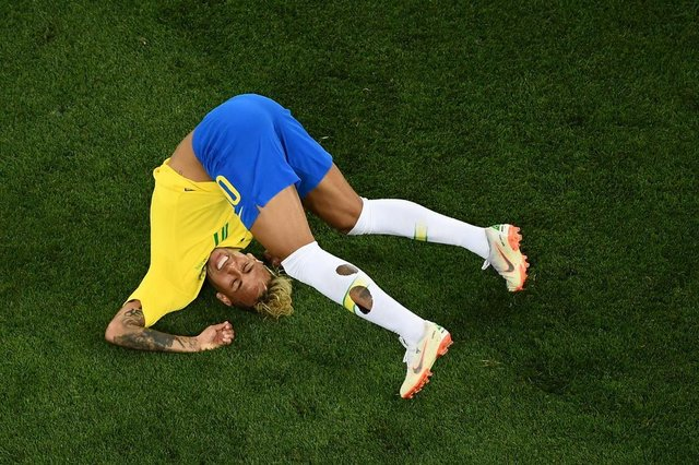 Brazils forward Neymar falls during the Russia 2018 World Cup Group E football match between Brazil and Switzerland at the Rostov Arena in Rostov-On-Don on June 17, 2018. / AFP PHOTO / Jewel SAMAD / RESTRICTED TO EDITORIAL USE - NO MOBILE PUSH ALERTS/DOWNLOADSEditoria: SPOLocal: Rostov-on-DonIndexador: JEWEL SAMADSecao: soccerFonte: AFPFotógrafo: STF