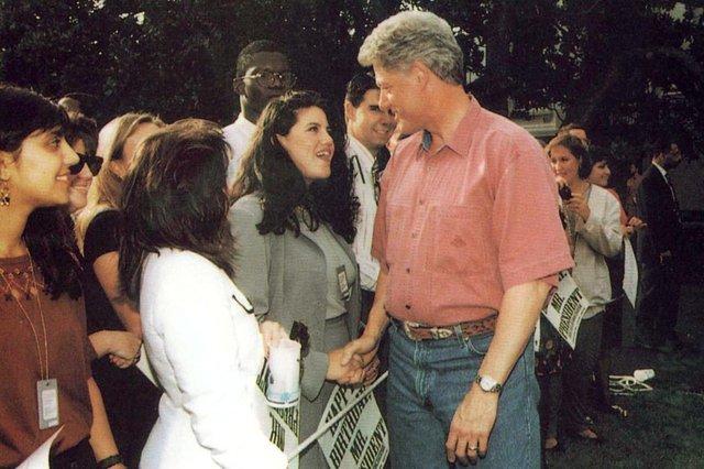 #PÁGINA:29Obs: não foi possível identificar o crédito da foto.Bill Clinton, ex-presidente dos EUA, e a ex-estagiária da Casa Branca Monica Lewinsky tiveram um affair que abalou os EUA em 1998. O escândalo levou Clinton a um processo de impeachment, mas ele acabou absolvido. Fonte: Reprodução