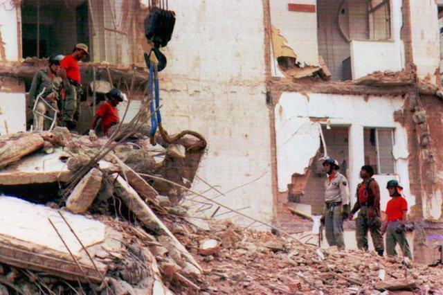 FOTO DIGITALIZADA PARA O PROJETO 50 ANOSEscombros do condomínio Palace II que desabou na madrugada de 23 de fevereiro de 1998, deixando 8 pessoas desaparecidas.Pasta:81109 Fonte: AJB Fotógrafo: Pauty Araújo