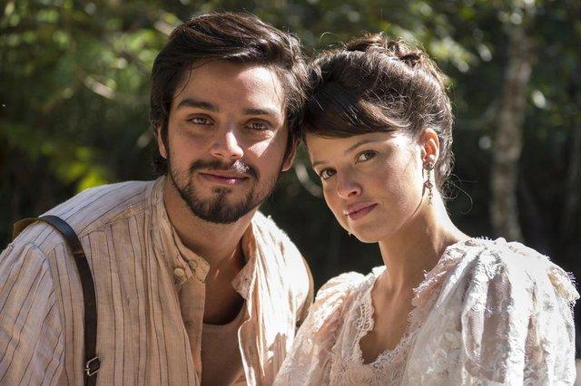 Ema ( Agatha Moreira ) e  Ernesto ( Rodrigo Simas )