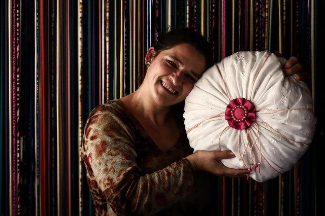 PORTO ALEGRE, RS, BRASIL, 18-07-2018. Roseli da Silva. Clube de Reciclagem do Morro da Cruz. Mulheres da comunidade fazem artesanato a partir de sobras de tecido, roupas usadas e outros materiais. (CARLOS MACEDO/AGÊNCIA RBS)Indexador: Carlos Macedo