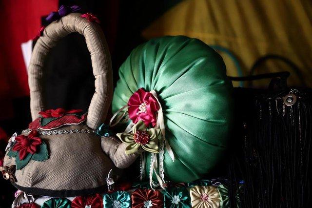 PORTO ALEGRE, RS, BRASIL, 18-07-2018. Clube de Reciclagem do Morro da Cruz. Mulheres da comunidade fazem artesanato a partir de sobras de tecido, roupas usadas e outros materiais. (CARLOS MACEDO/AGÊNCIA RBS)Indexador: Carlos Macedo