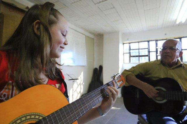 SAPUCAIA, RS, BRASIL, 20/07/2018: A prefeitura de Sapucaia oferece aulas gratuitas de violão e teclado para os moradores. Na foto:Stephanie da Silva (aluna de violão)Paulo Roberto da Silva (prof de violão)Indexador: ISADORA NEUMANN