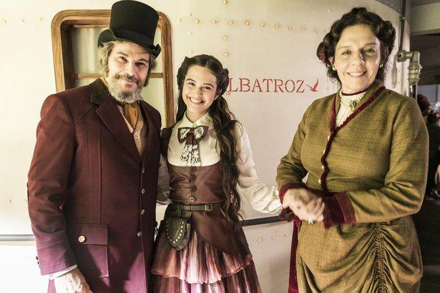 o tempo não para Dom Sabino ( Edson Celulari ), Marocas ( Juliana Paiva ) e Agustina ( Rosi Campos )