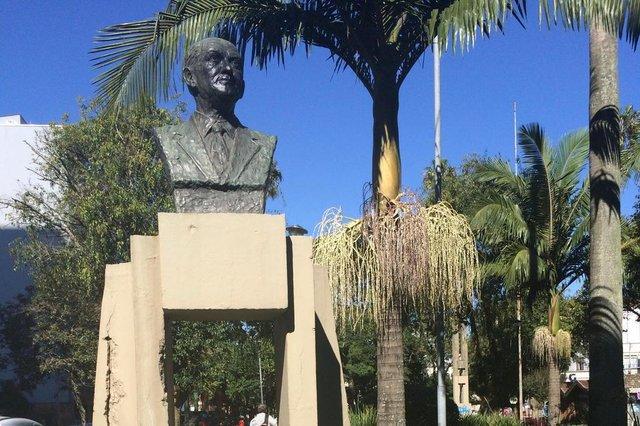 CAXIAS DO SUL, RS, BRASIL - 16/06/2015 -  placas de parques de Caxias do Sul são alvos de vandalismo. Monumento em homenagem a Cândido Calcagnotto, na Dante Marcucci. Placa reposta em 2012, foi retirada