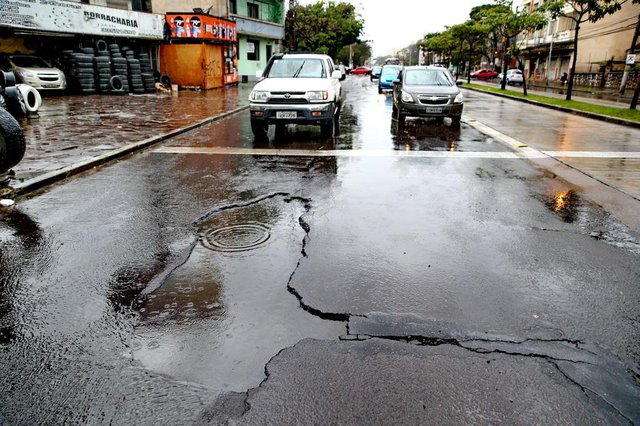 PORTO ALEGRE, RS, BRASIL, 26-07-2018. Buraco no asfalto na Avenida Bento Gonçalves, 590, bem em frente a borracharia Socorro de Pneus. (FERNANDO GOMES/AGÊNCIA RBS)