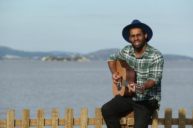 GUAÍBA, RS, BRASIL, 27-07-2018. Estrelas da Periferia, do Diário Gaúcho, com o cantor Binho Ribeiro,  no píer de Guaíba. (FERNANDO GOMES/AGÊNCIA RBS)