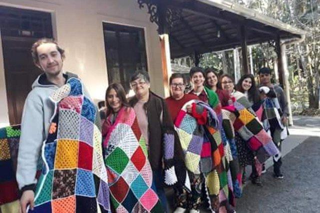 Voluntárias produzem 29 mantas de crochê para doar a moradores de rua em Blumenau. As peças foram feitas durante um projeto chamado Crochetando Empatia, na Fundação Cultural com o apoio da iniciativa privada