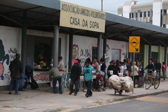 PORTO ALEGRE-RS- BRASIL-  08/08/2018- Distribuição de sopas da Casa da Sopa, na Restinga. A entidade perdeu o coordenador, Roni, há pouco e agora quem coordena é a esposa, Marlene Ferrari.   FOTO FERNANDO GOMES/ZERO HORA.