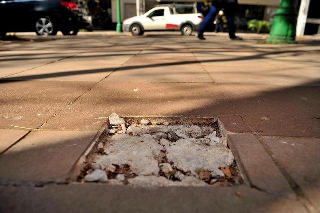 CAXIAS DO SUL, RS, BRASIL, 07/08/2018.  A Polícia Civil de Caxias investiga o furto da Rosa dos Ventos da Praça Dante Alighieri, o marco zero da construção da cidade, que sumiu do espaço onde ficava, entre a Rua Marquês do Herval, a Rua Sinimbu e a Avenida Júlio de Castilhos. (Diogo Sallaberry/Agência RBS)
