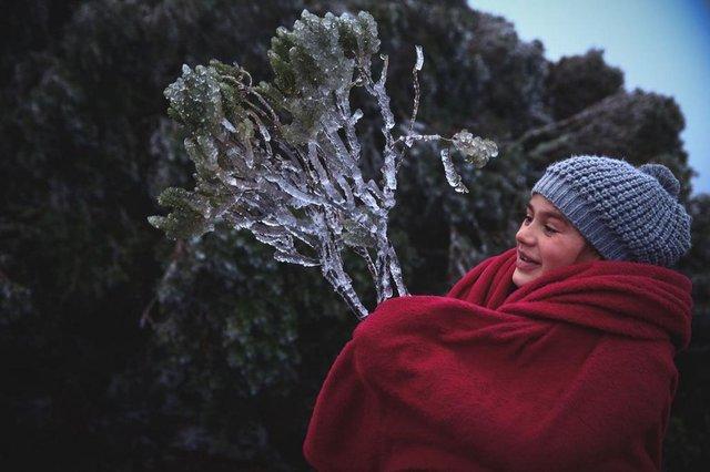 Amanhecer gelado no Morro das Antenas, em Urupema. -3ºC no termômetro, sem neve no momento. Na foto a menina Laisa, que veio de Itajaí com a família e passou a noite no carro. Ela e o pai estavam fora do carro pra ver o gelo. Fotos: Felipe Carneiro