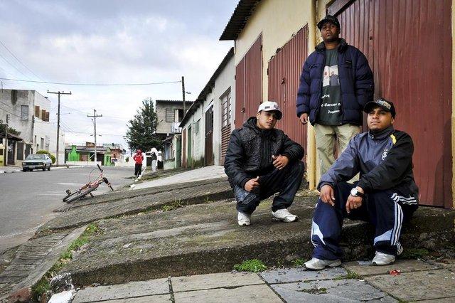 CANOAS, RS, BRASIL, 22/07/2011, 15h28: Rafael, Kchorro Loko (sentado) e Nego Dênis (de pé), integrantes do grupo de rap Impacto Moral, posam no bairro Guajuviras, onde moram, em Canoas. (Foto: Mateus Bruxel / Diário Gaúcho)